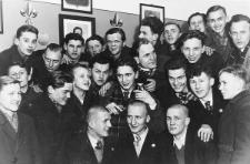 """Marzec 1939, pożegnanie harcerzy, """"podstrzyżyny"""" odchodzących do wojska - O. Roszak. J. Pecold, Kurp.?"""