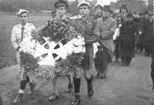 """Wieniec od Hufca niosą harcerze """"Czarnej Siódemki"""" - 21.10.1945"""