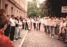 Pikieta przed Urzędem Wojewódzkim w Lesznie przeciwko polityce rządu w 1995 r.